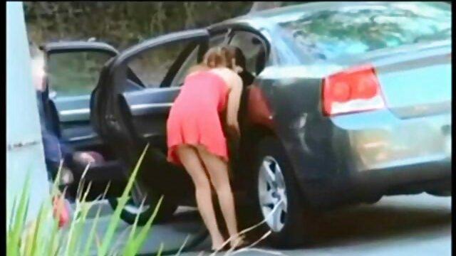 Puta adolescente usa consolador azul en su porno duro por el ano pequeño agujero