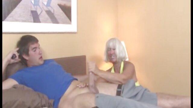 Morena con curvas envuelve sus labios alrededor de un enorme consolador negro video sexo por el ano y luego folla