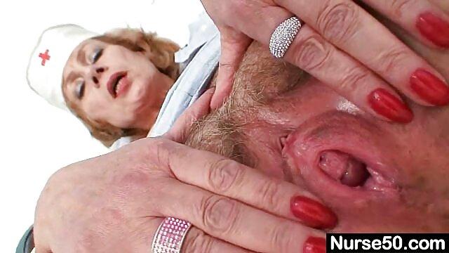Chica metiendole el dedo por el culo cachonda sopla una grande