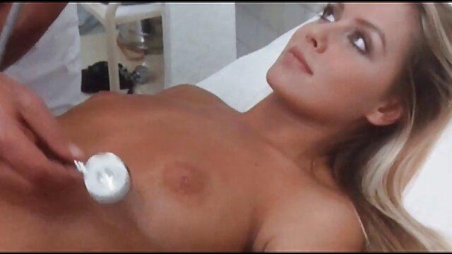 Elle se filme porno brutal por el ano en train de sucer un mec