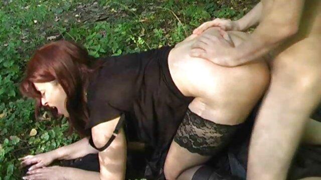 Sexy jovencita rubia obtiene su culo follando por ano bordeado por la espalda