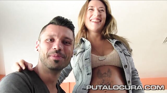 Chica blanca chupando porno por el lano clítoris negro.
