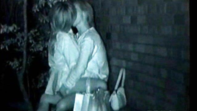 Linda rubia stripper se mete los dedos en el porno mexicano por el ano coño