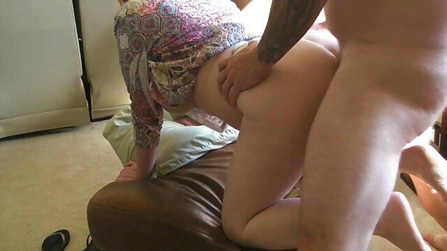 Babes mujeres cojidas por el ano - Rubia tetona juguetona le encanta mostrar sus bragas